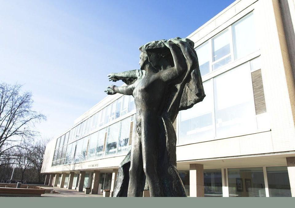 en byggnad och en staty