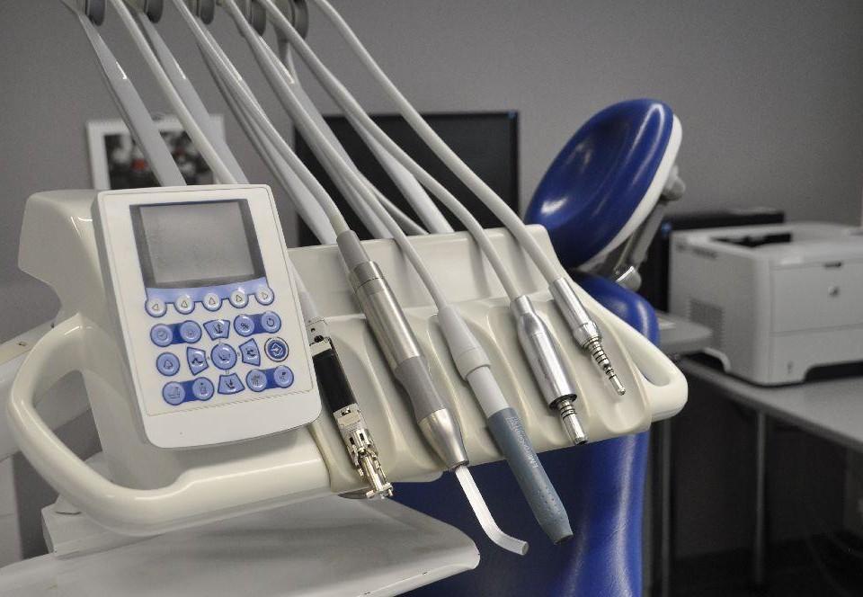 tandläkarinstrument på rad