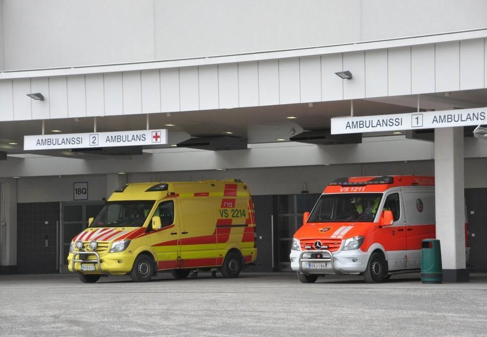 En byggnad med ambulanser utanför.
