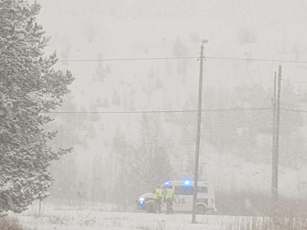 Polisbil i snöigt väder.