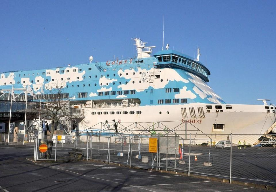 ett passagerarfartyg i hamn.