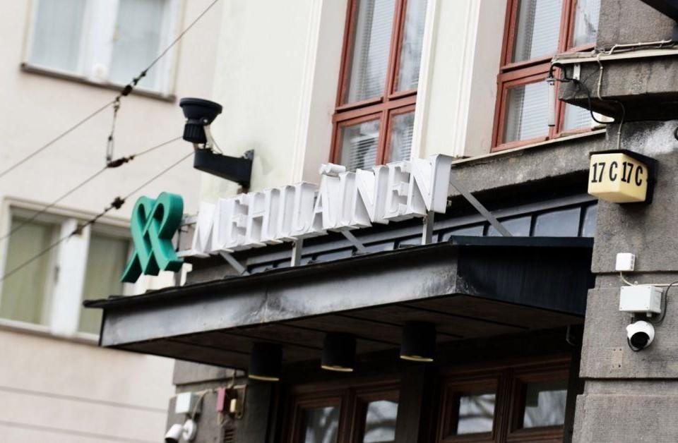 Byggnad med texten Mehiläinen.