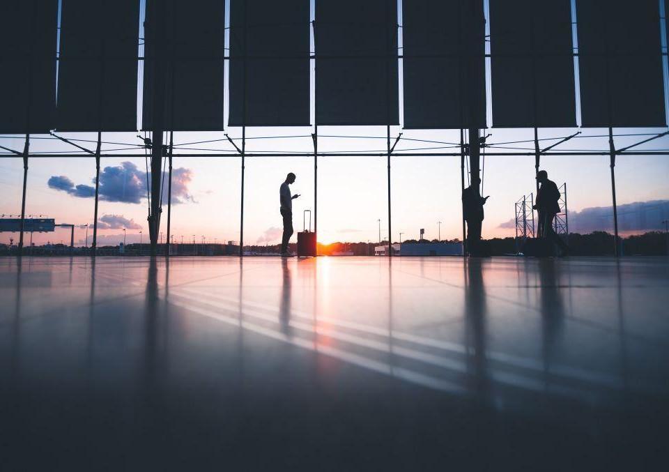 En ganska tom transithall på ett flygfält.