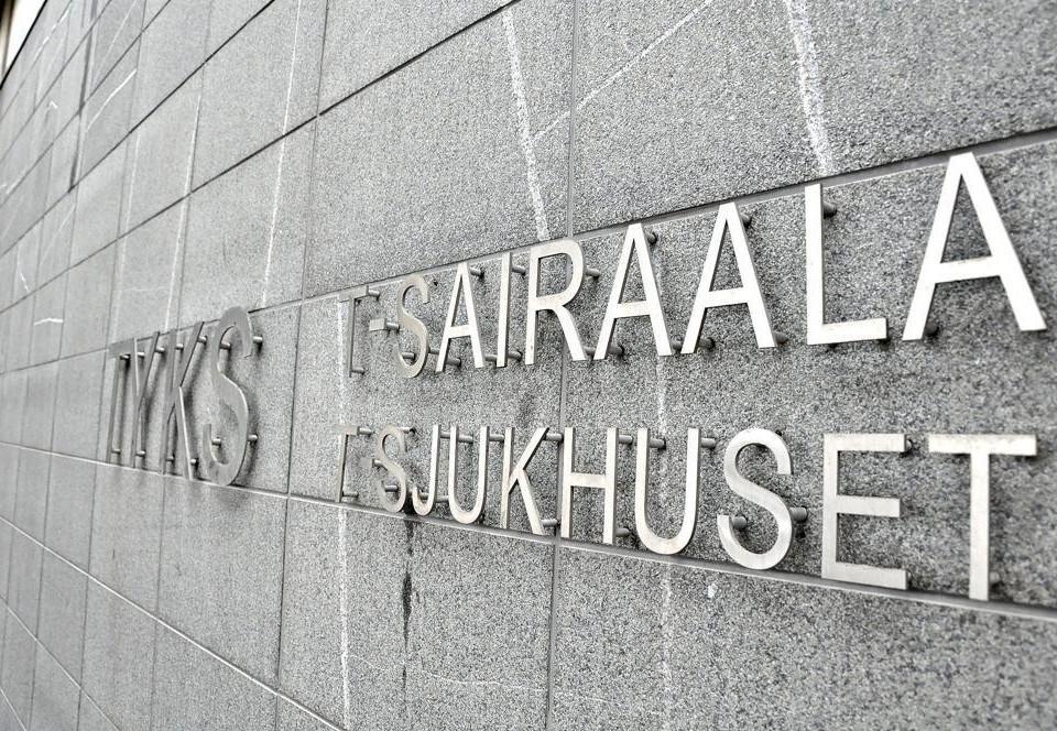 En stenvägg med texten sairaala sjukhus på.