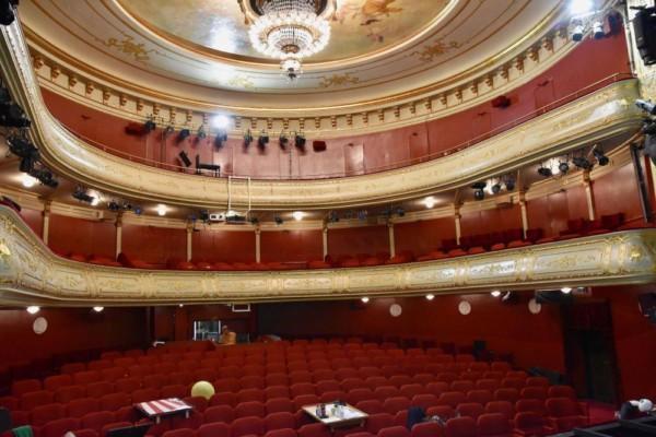 En tom teatersal.