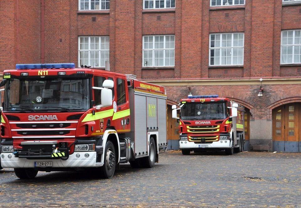 Brandbilar utanför brandstationen.