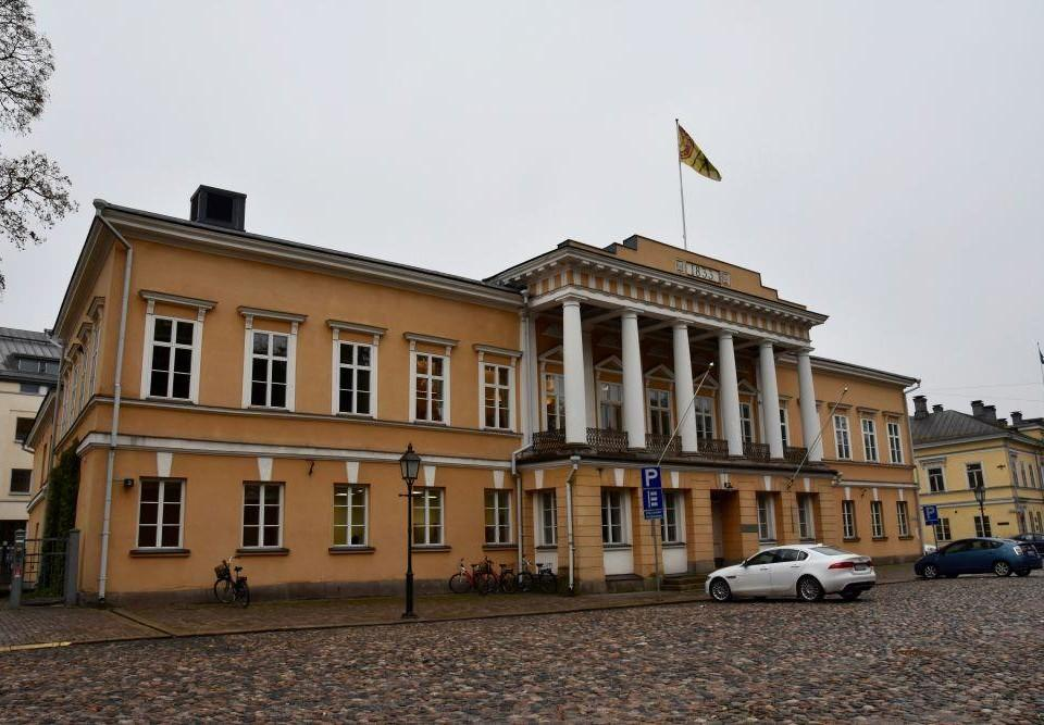 Stor byggnad med en flagga på taket.