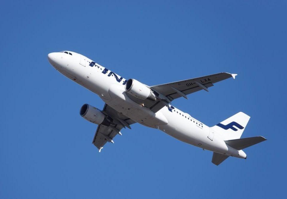 ett flygplan mot blå himmel