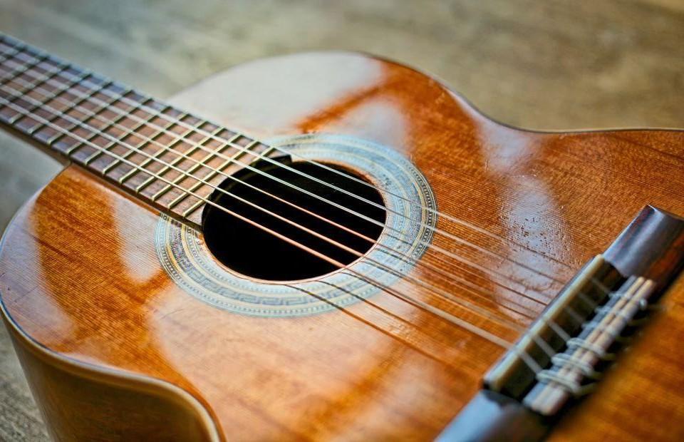 En gitarr.
