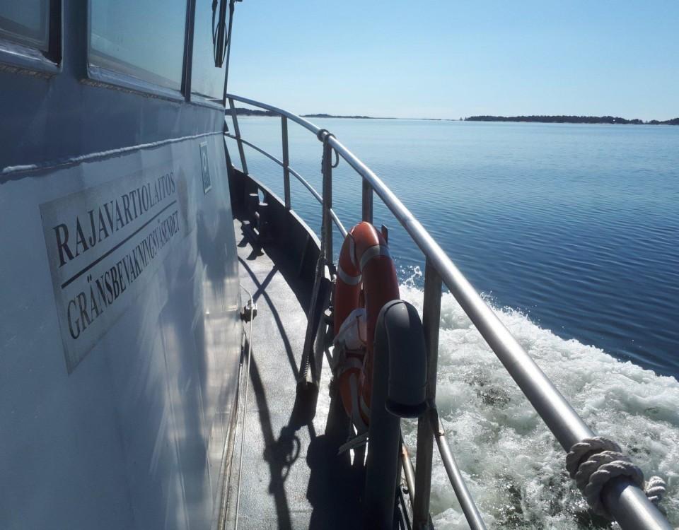 Ett däck på en båt i solen.