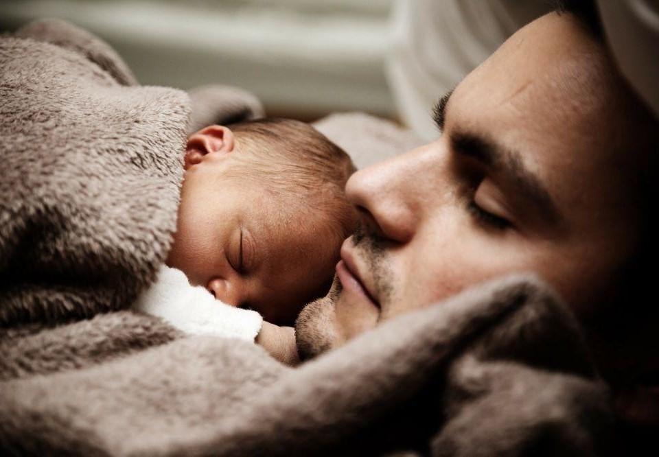 En man och en baby.