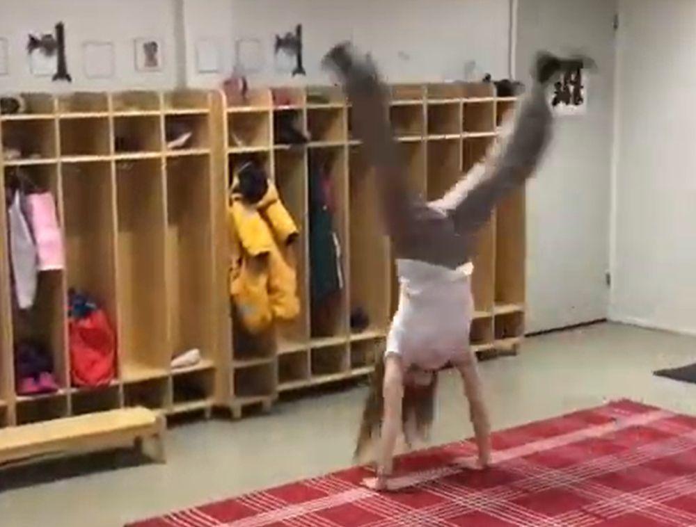 Kvinna hjular på daghem