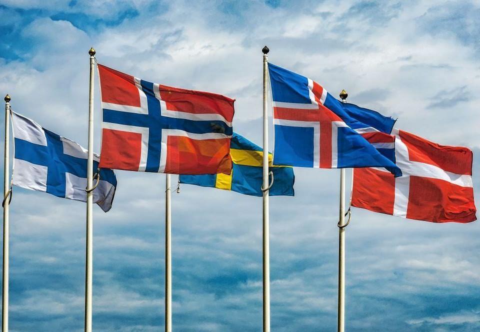 Nordiska flaggorna på rad.