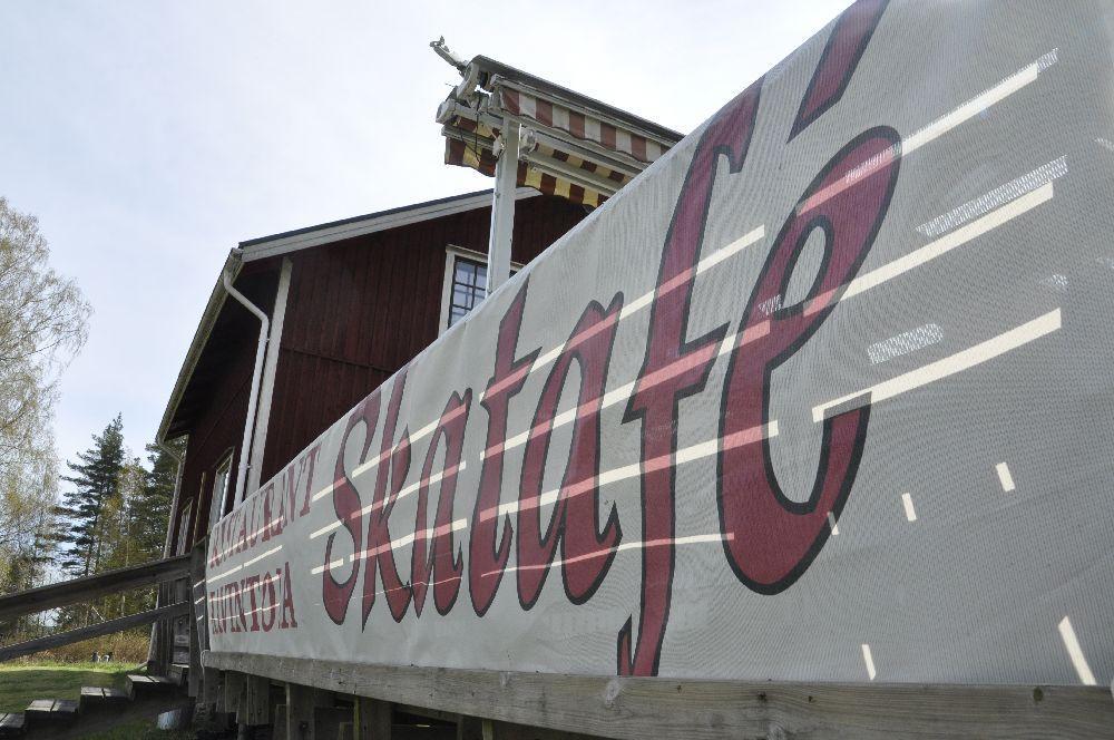 banderoll med texten Skatafé på ett terrassräcke