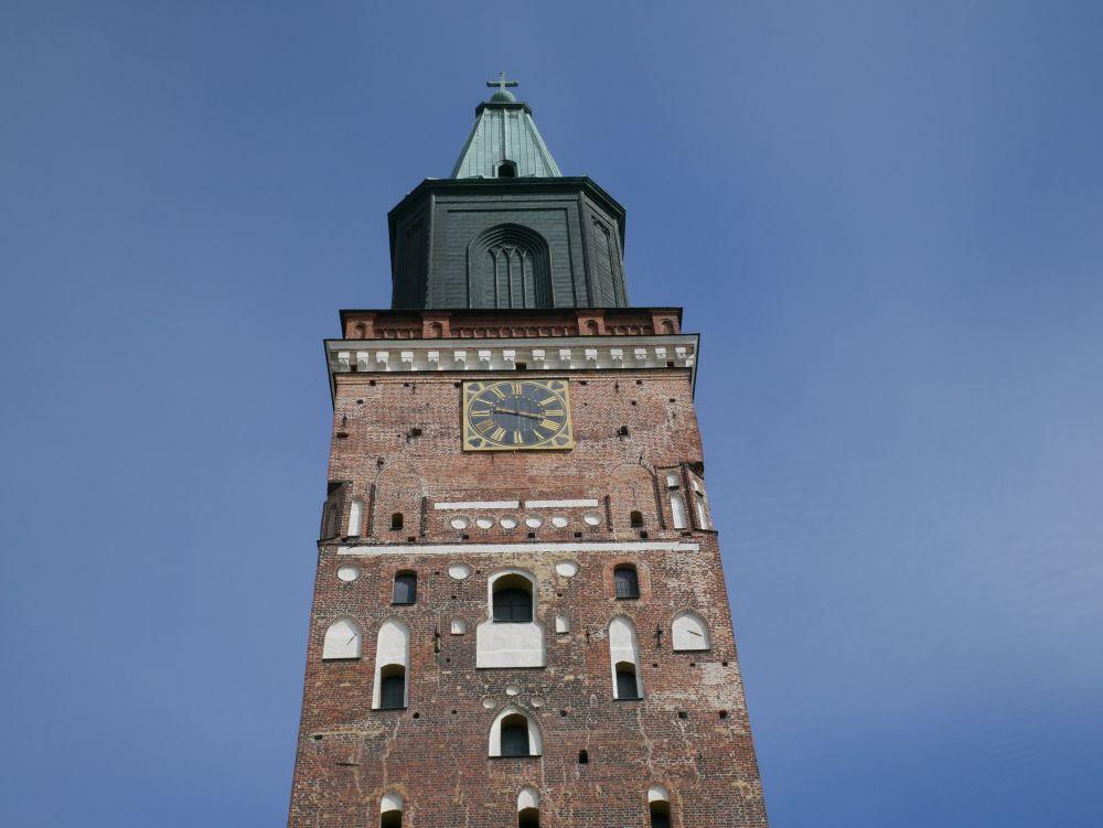 Domkyrkans torn mot en klarblå himmel