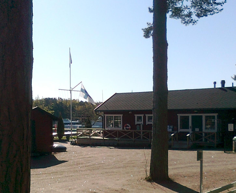 flagga hänger i anordning, inte flaggstång, vid en strand