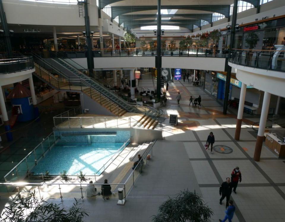 Människor i ett köpcenter.
