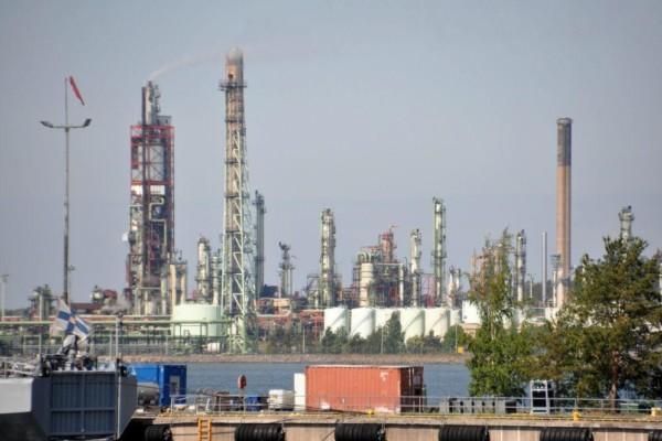 Torn på ett industriområde.