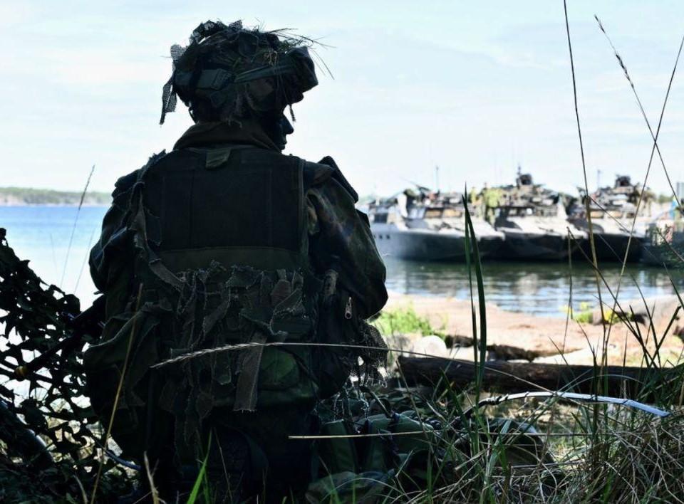 Sittande soldat