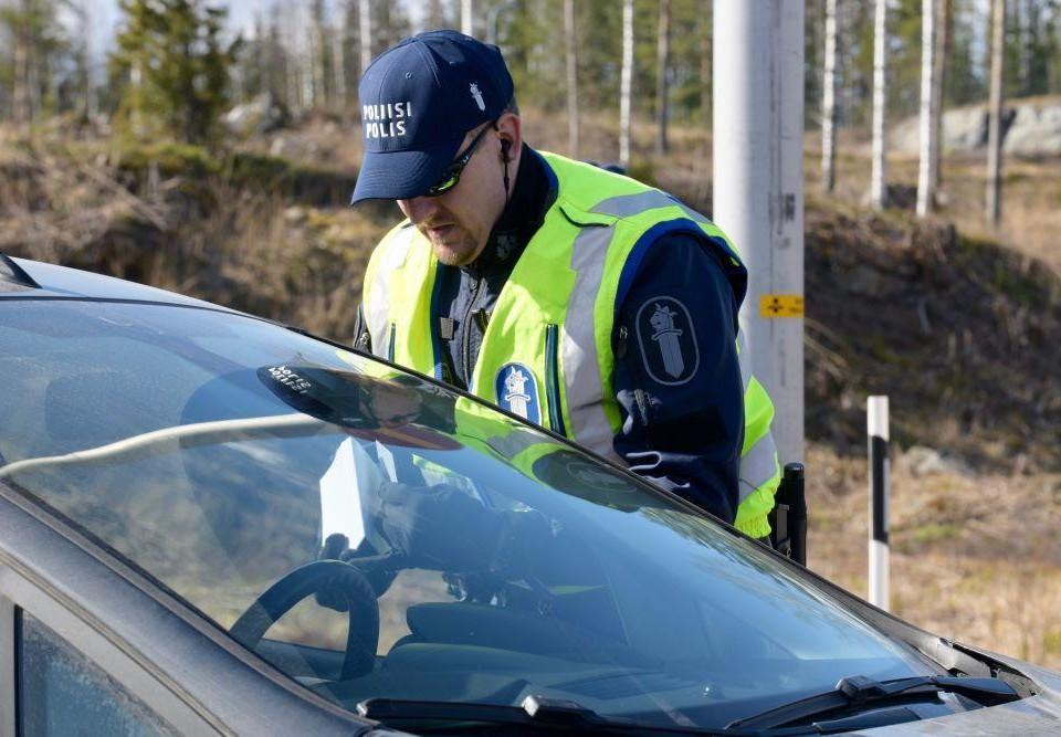 Polis kontrollerar bilist