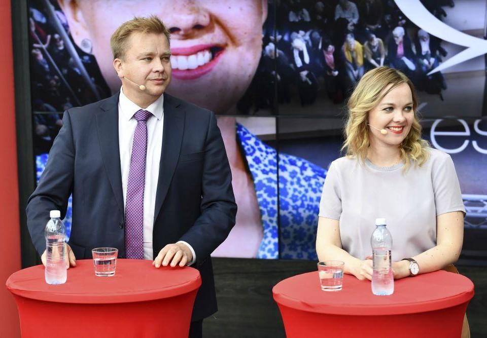 Man och kvinna inför publik