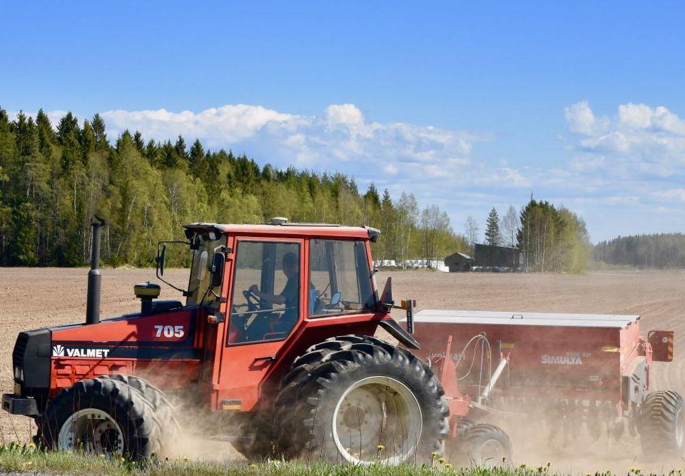 Traktor på en åker.