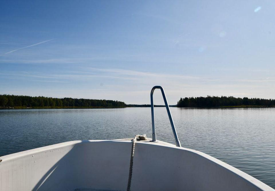 Motorbåt på vatten.