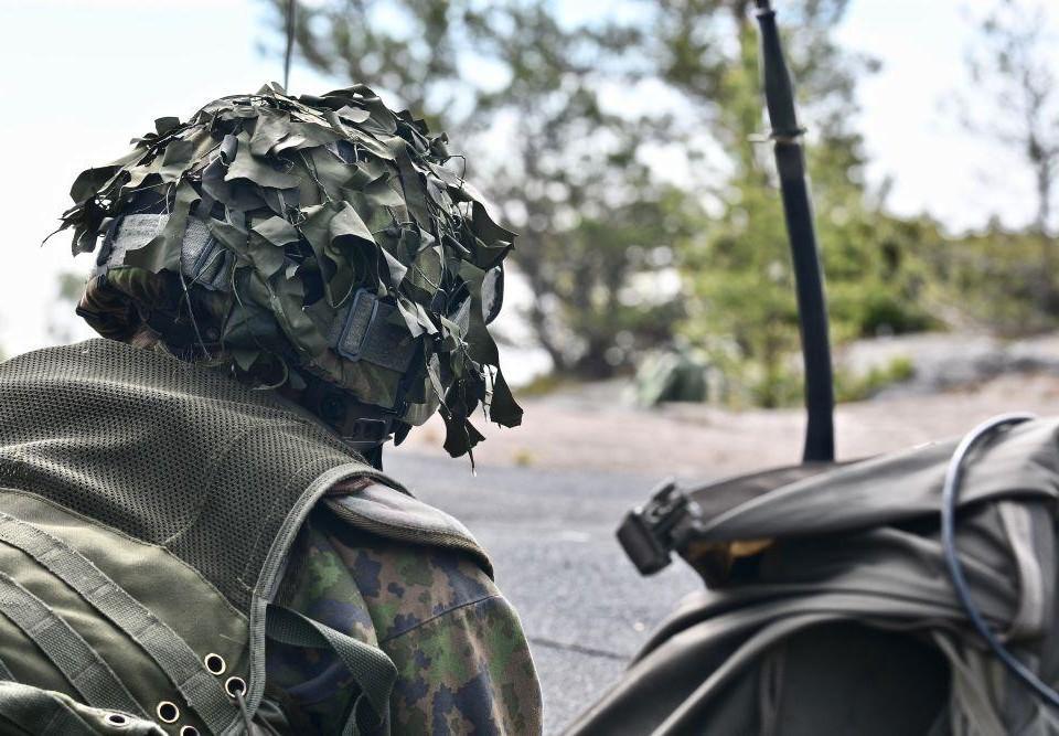 Beväring i kamouflagedräkt.