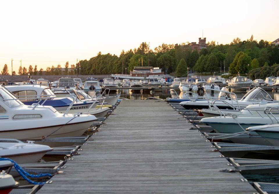 Småbåtar vid en brygga vid solnedgång