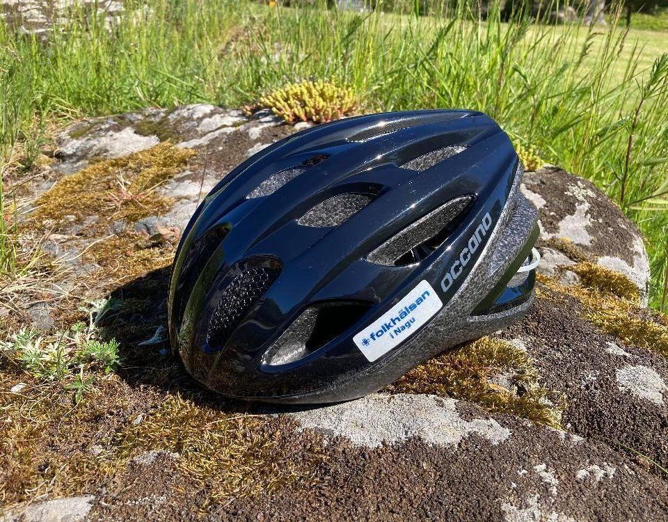 En cykelhjälm med en lapp med texten Folkhälsan