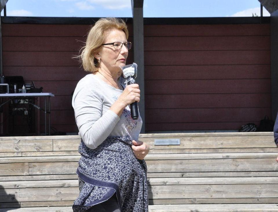 En kvinna talar i mikrofon