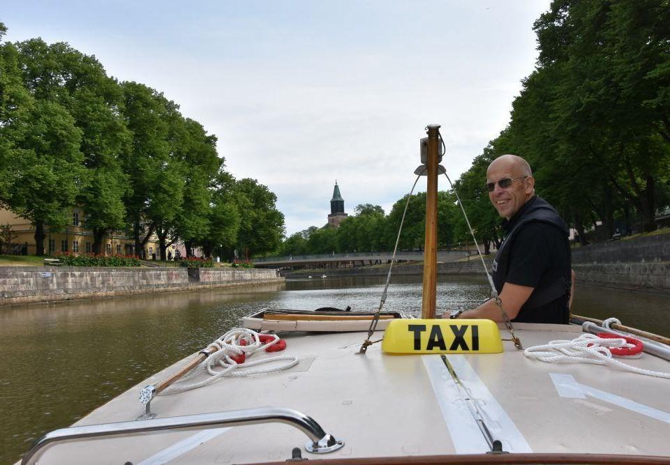 En man kör båt i Aura å.