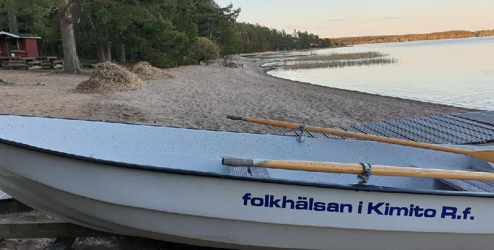 roddbåt på en badstrand