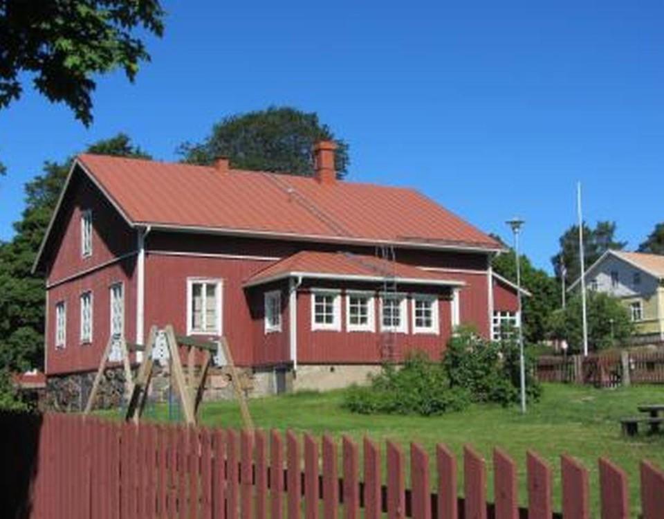 rött hus i lantlig idyll