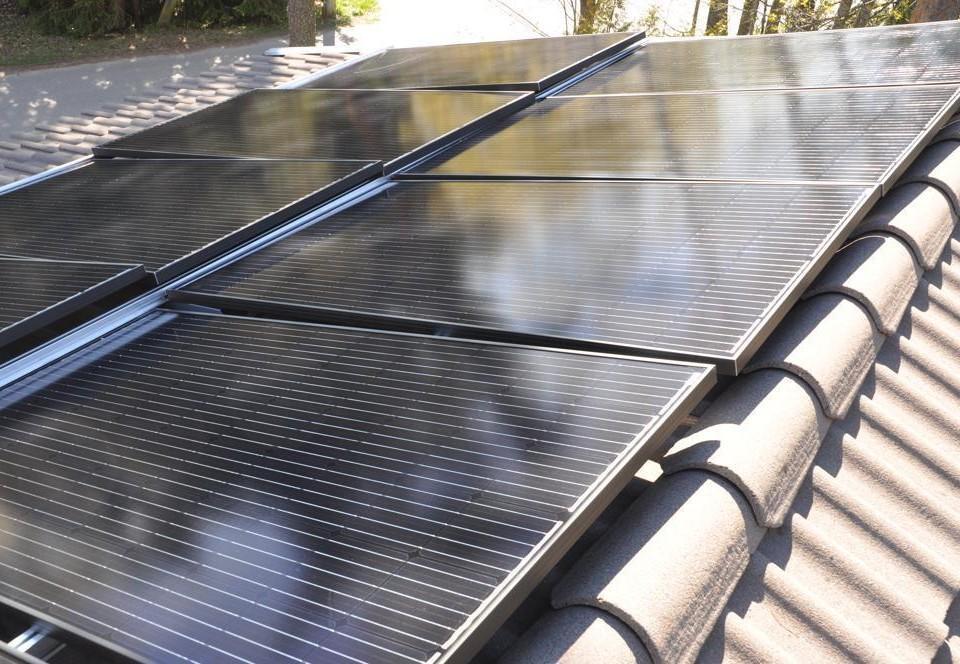 Fler solpaneler på ett tak