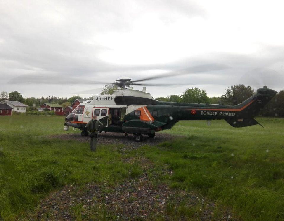Helikopter på en gräsmatta.