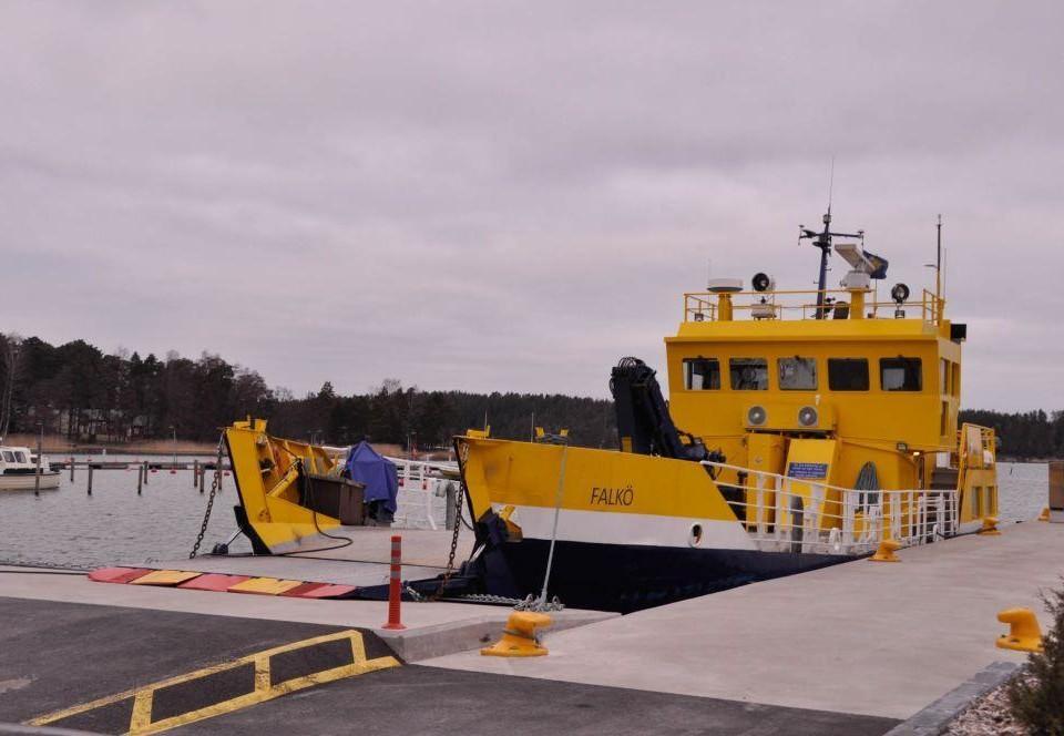 en gul förbindelsebåt i Nagu hamn