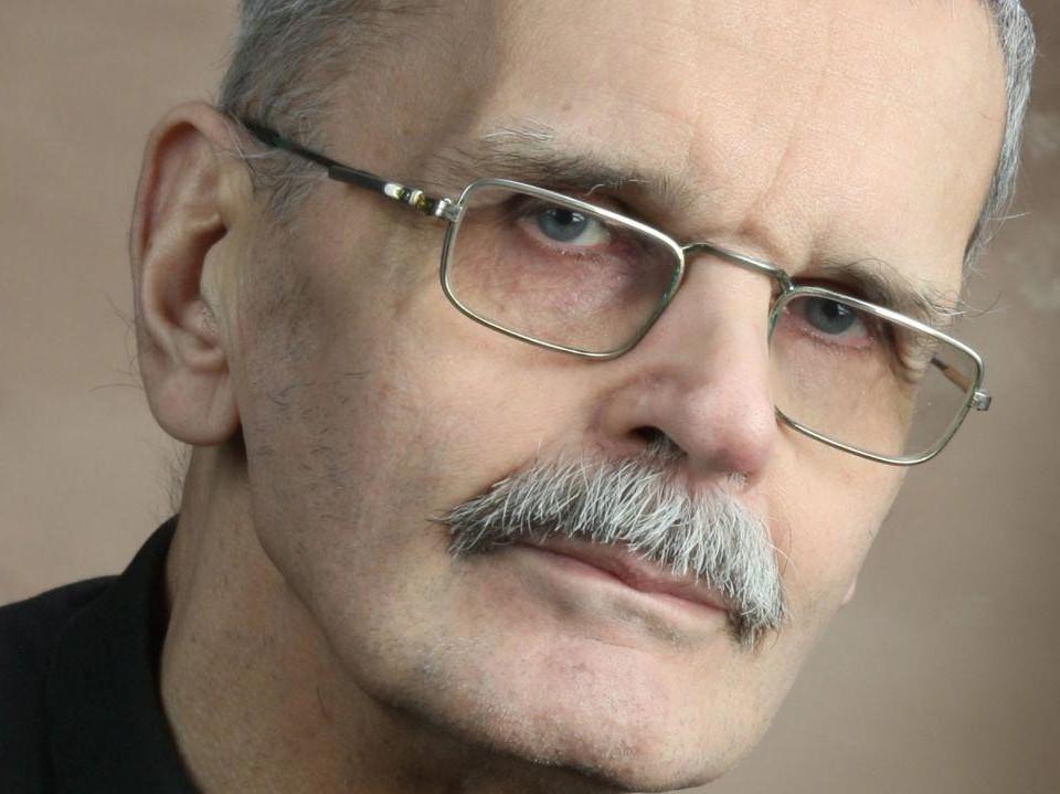 Porträtt av äldre vit man.