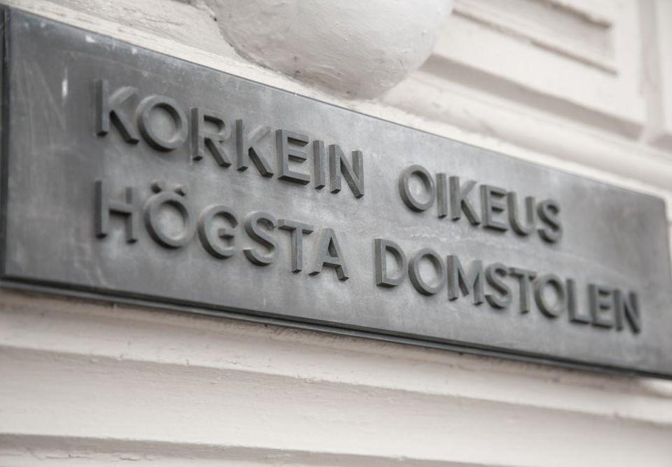 "En skylt med texten ""Korkein oikeus, högsta domstolen""."