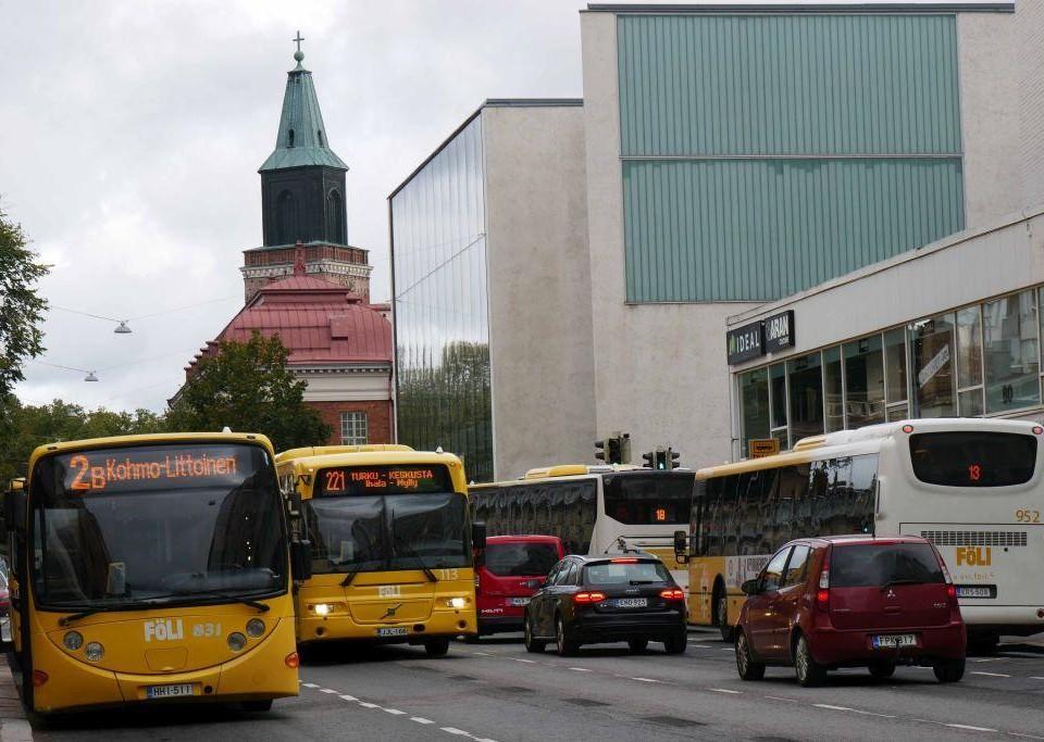 Bussar och bilar i tät stadstrafik
