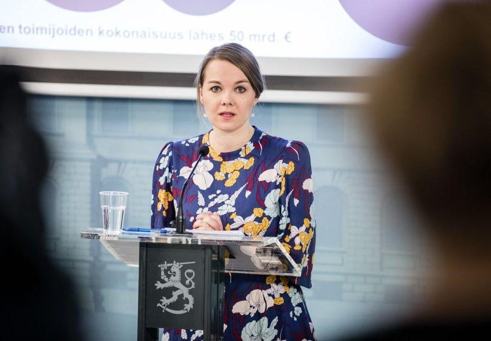 Kvinna på presskonferens