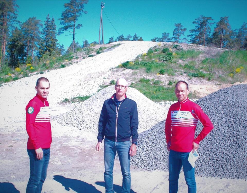 tre män framför kulle i Pargas, skidstadion