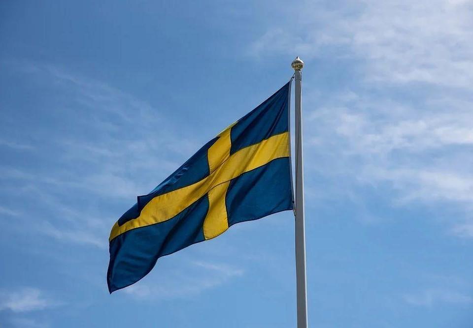 Svergies flagga mot en blå himmel.