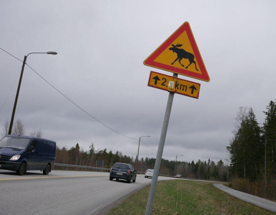en vägskylt i gult och rött