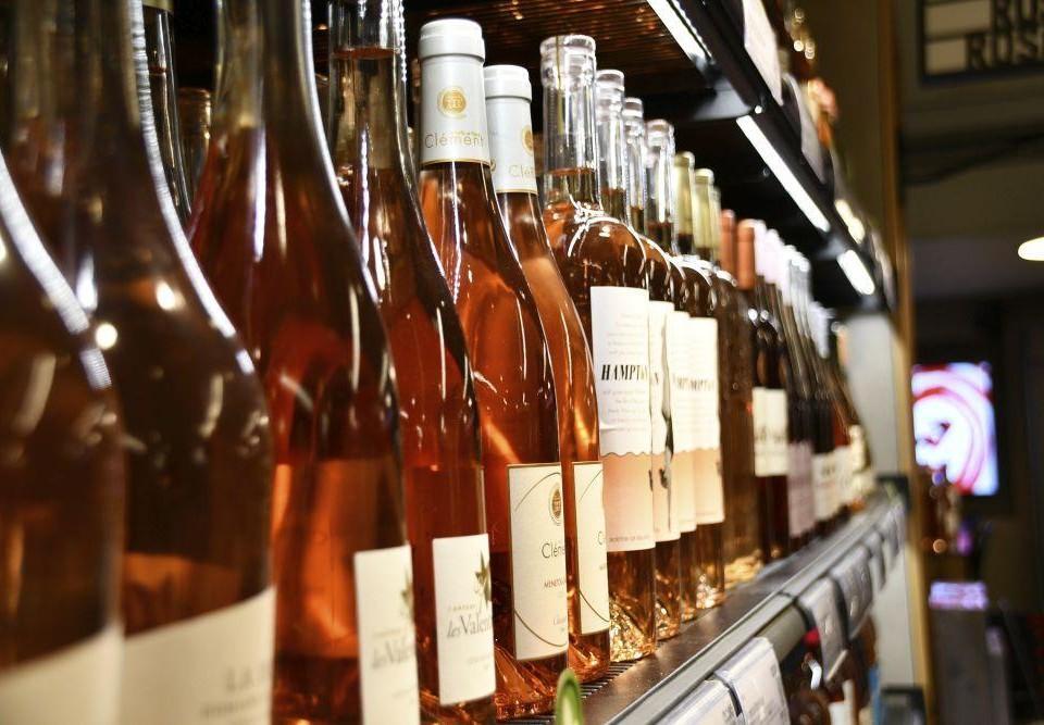 Vinflaskor i butikshylla.