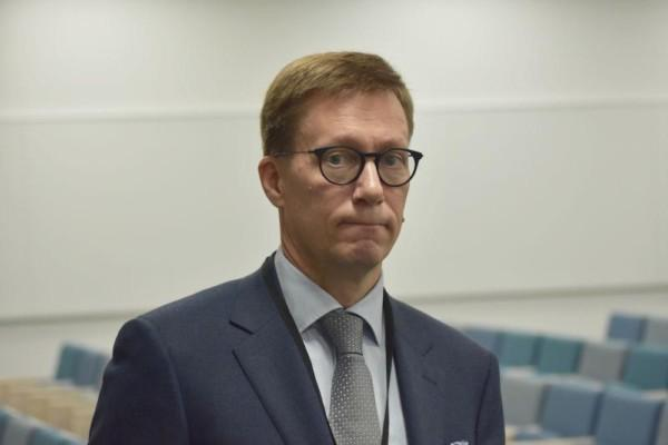en man i slips och glasögon.