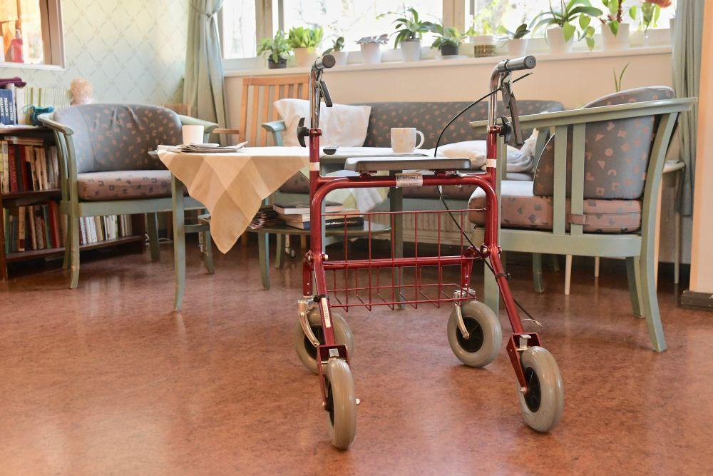 En rollator på ett äldreboende.