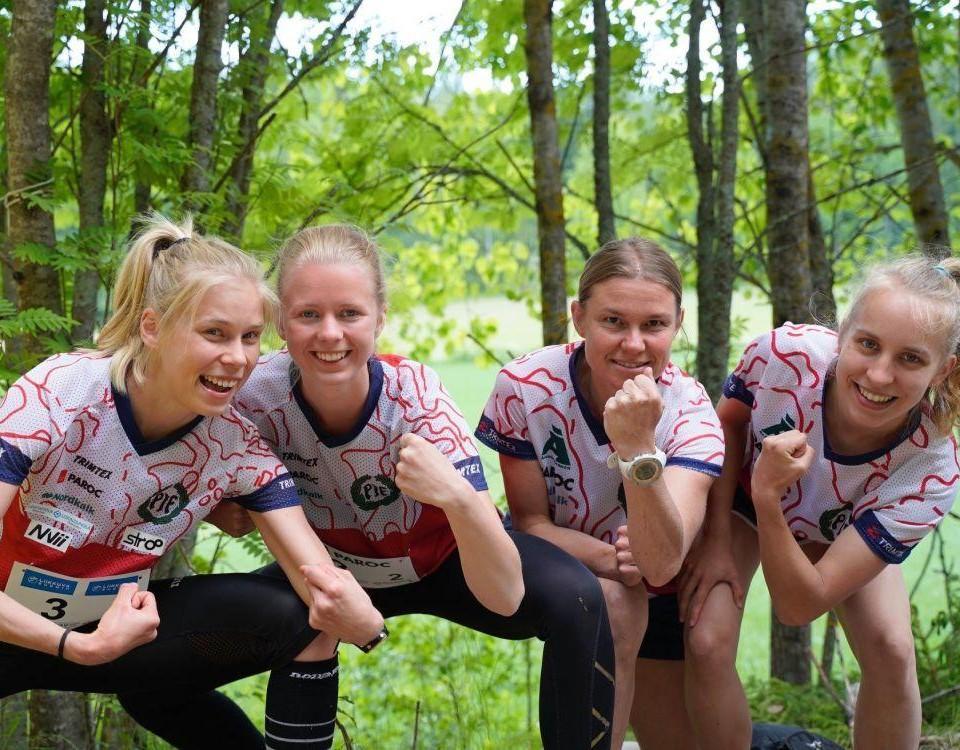 fyra flickor i orienteringskläder