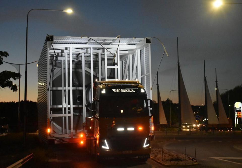 långtradare med specialtransport i Pargas i nattbelysning