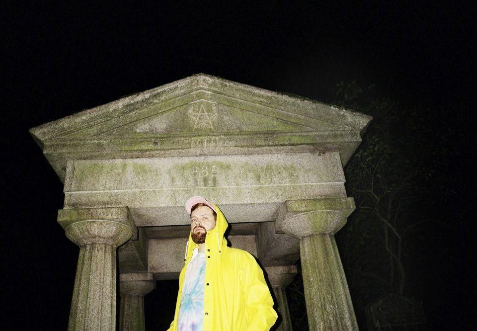 en man i gul jacka